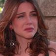 Cecília (Bia Arantes) chora ao conversar com Gustavo (Carlo Porto) e ele garante que não seria capaz de ser infiel, na novela 'Carinha de Anjo'