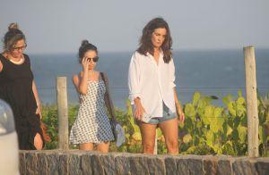 Fátima Bernardes, de short jeans e blusão, é alvo de selfies na praia. Fotos!