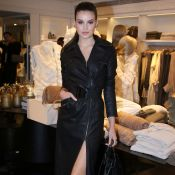 Camila Queiroz usa trench coat de couro com superfenda em evento. Fotos do look!