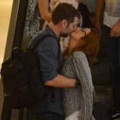 Luiza Possi troca beijos com noivo, Cris Gomes, em shopping do Rio. Fotos!