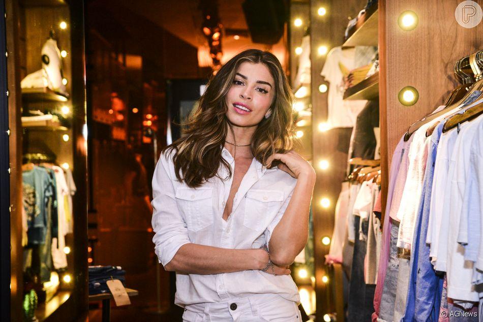 Grazi Massafera postou registros de um ensaio de lingerie no Instagram na tarde deste domingo, 18 de março de 2018