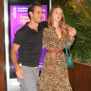 Marido Marina. Foto do site da Pure People que mostra Marina Ruy Barbosa usa vestido animal print em jantar com o marido, Xande Negrão