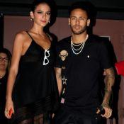 De muleta e com Bruna Marquezine, Neymar curte festa de 22 anos da irmã. Fotos!