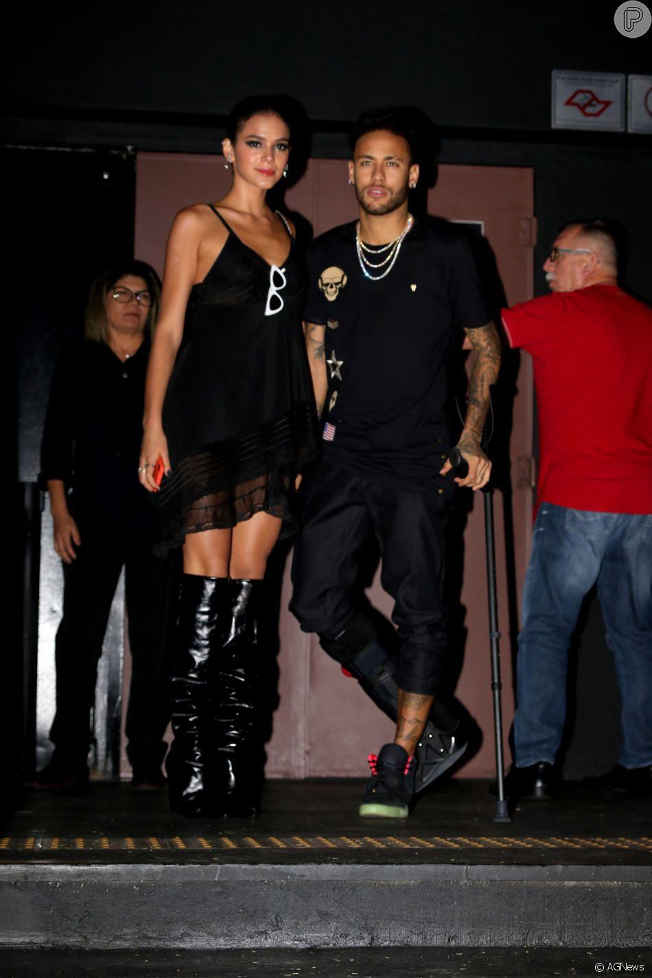 De muleta e com Bruna Marquezine, Neymar curte festa de 22 anos da irmã, 45407c19ac
