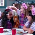 Ao saber da armação, Dulce Maria (Lorena Queiroz) dá o troco a Bárbara (Renata Randel) e Frida (Sienna Belle) jogando gelatina no cabelo das duas, no capítulo que vai ao ar terça-feira, dia 27 de março de 2018, na novela 'Carinha de Anjo'