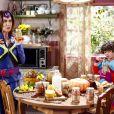Silvana (Ângela Dippe) e Emílio (Gabriel Miller) se apresentam para Sylvia Design vestidos de Super Mãe e Super Eu para gravarem o comercial, no capítulo que vai ao ar terça-feira, dia 27 de março de 2018, na novela 'Carinha de Anjo'