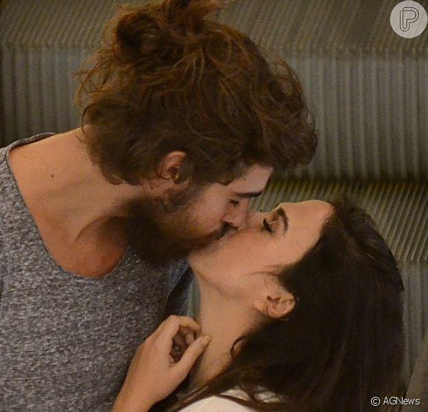 Tatá Werneck e o noivo, Rafael Vitti, trocaram beijos durante passeio em shopping com João Vithor Oliveira, o Saulo da novela 'Deus Salve o Rei'