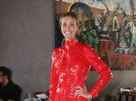 Look de vinil vermelho é aposta de Renata Kuerten em evento. Aos detalhes!