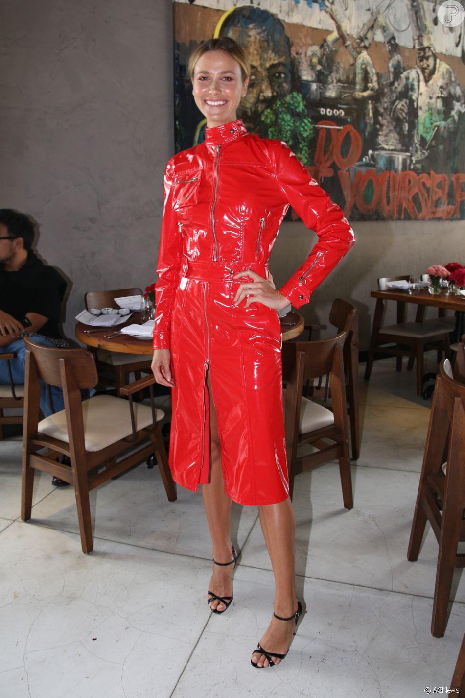 Vinil vermelho é aposta de Renata Kuerten para evento de moda nesta quarta-feira, dia 21 de março de 2018