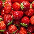 Frutas vermelhas, como o morango, são  antioxidantes e ajudam a afastar o inchaço