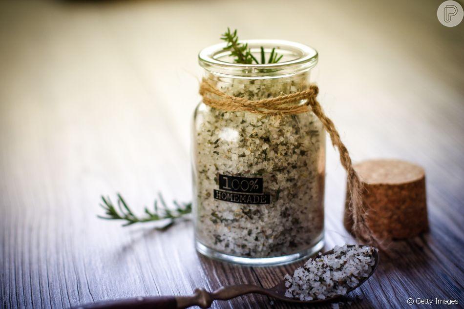 O sal de ervas é um bom substituto do sal puro no preparo das refeições. 'Bata no liquidificador quantidades equivalentes de manjericão, alecrim, orégano, salsinha e sal', ensina a nutricionista Patricia Davidson