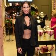 Deborah Secco escolheu um look all black que valorizou a silhueta sequinha