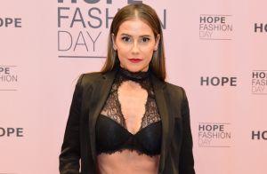 Deborah Secco, com barriga de fora, alia blazer e lingerie à mostra em look
