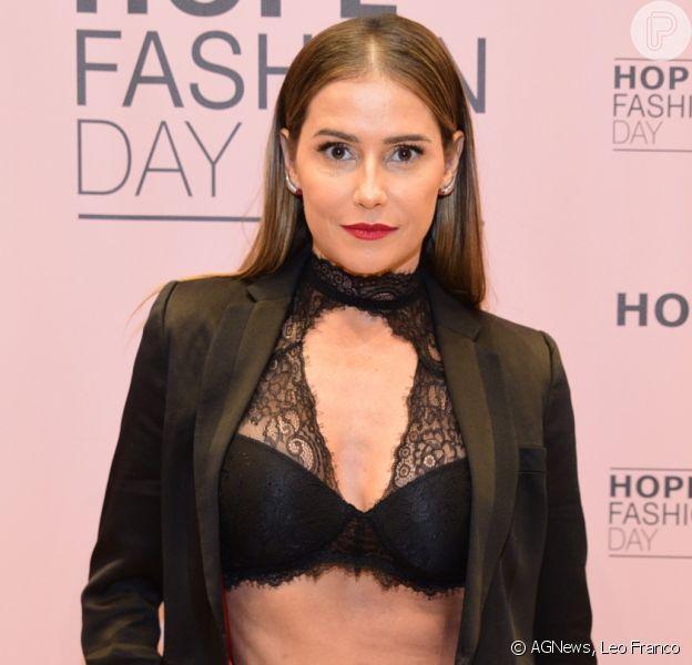 Deborah Secco, com barriga de fora, alia blazer e lingerie à mostra em look nesta quinta-feira, dia 22 de março de 2018