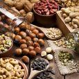 As oleaginosas são fontes de  gorduras boas e vitamina E e  contribuem para a prevenção das rugas e ressecamento dos fios