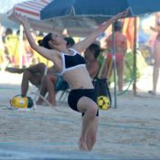 Fernanda Lima curte temporada no Brasil e joga vôlei em praia do Rio. Fotos!