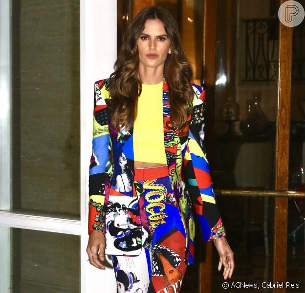 Izabel Goulart caprichou no estilo com um look Versace multicolorido no aniversário de 25 anos da cantora Anitta, comemorado na Zona Oeste do Rio de Janeiro nesta segunda-feira, 26 de março de 2018