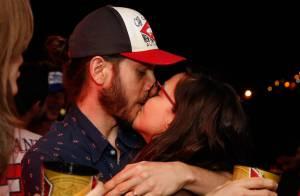 Tainá Müller troca beijos com o marido, Henrique Sauer, em festa da Copa