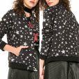 A estampa estrelada em preto e branco está presente na jaqueta bomber da Colcci, vendida por R$ 525 no site Dafiti