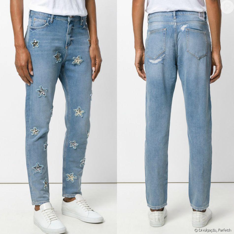 beeede8eb Calça jeans reta básica com toque especial  aplicação de estrelas em  paetês. O modelo assiando por Zoe Karssen é vendido no site Farfetch por  R 1.176