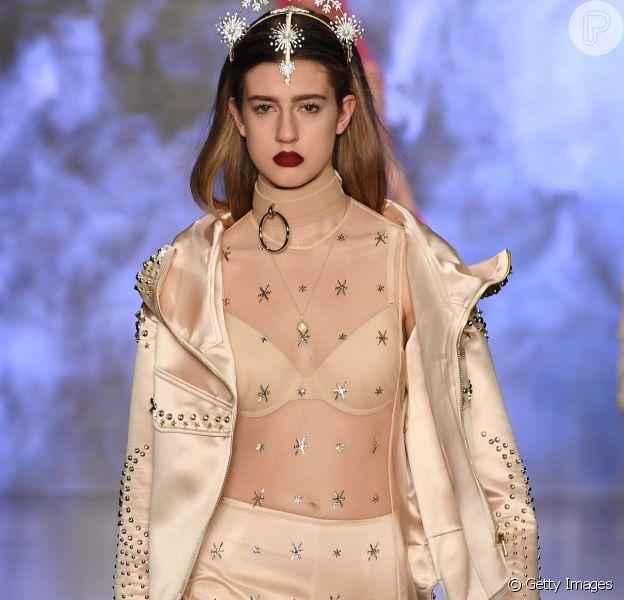 Estampas e aplicações em estrelas estão em alta. Na foto, a modelo desfila a tendência na passarela de Zeynep Tosun durante semana de moda em Istambul, em 30 de março de 2018