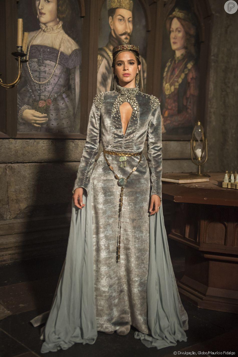 'Todo o figurino dela fica mais pesado. Não veremos mais os vestidos de seda. No lugar deles, teremos vestidos de veludo para ela usar no castelo', detalha Mariana Sued