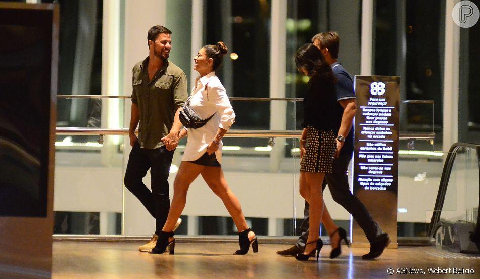 Para a ocasião, a atriz Juliana Paes optou por um look moderno e  descontraído com saia curta e camisão social 55112d1f97
