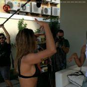 De biquíni, Anitta canta e dança forró em karaokê na beira da piscina