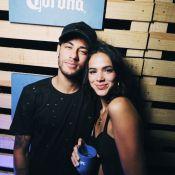 Bruna Marquezine assiste TV com Neymar e elogia Tiago Abravanel: 'Maravilhoso'