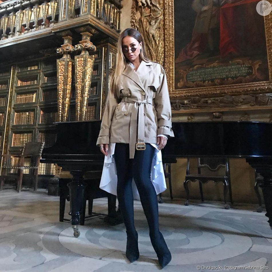 Óculos pequenos e pretos foram a escolha de Sabrina durante viagem a  Portugal 0f8d2022c6