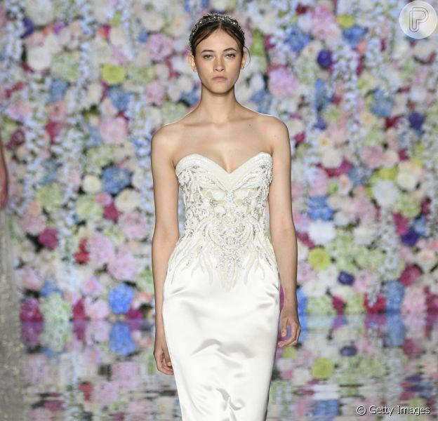 Seda, renda, tule, veja galeria completa com 50 inspirações de looks de noivas neste mês de maio