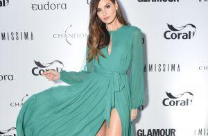 Camila Queiroz elege vestido de crepe com superfenda para premiação. Fotos!