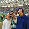 Fátima Bernardes leva os pais para assistir ao jogo entre França e Equador no Estádio do Maracanã, no Rio