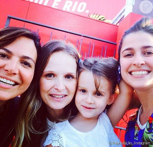 Famosos se reúnem para assistir ao jogo entre França e Equador no Estádio do Maracanã, no Rio; Fernanda Rodrigues levou a filha, Luisa, para conferir Brasil e Equador