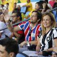 Adriana Esteves confere jogo no Maracanã com o marido, Vladimir Brichta