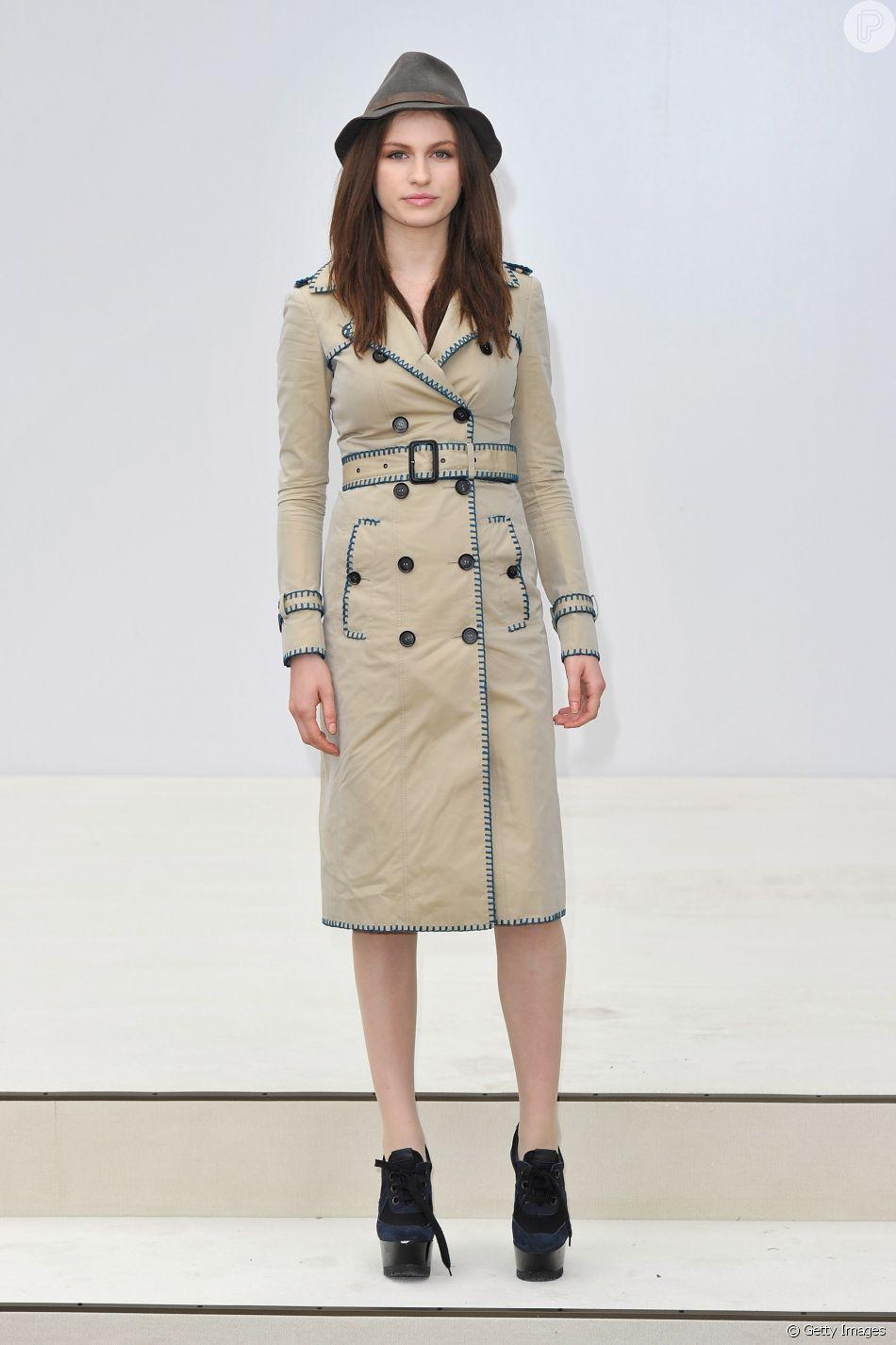 e4690576f1ac5 As mais fashionistas podem combinar o trench coat com acessórios como  chapéus e boinas para deixar a produção bem descontraída