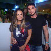 Viviane Araujo e namorado, Klaus Barros, prestigiam show de pagode no Rio. Fotos