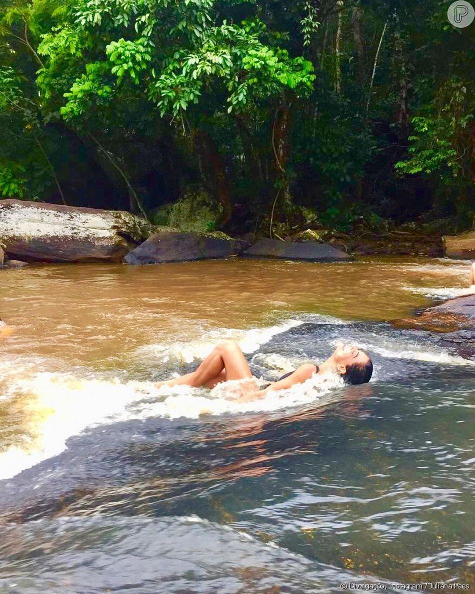 Juliana Paes curte folga de filmagens de 'Arigó' em cachoeira em Cataguases, Minas Gerais, em 7 de abri de 2018
