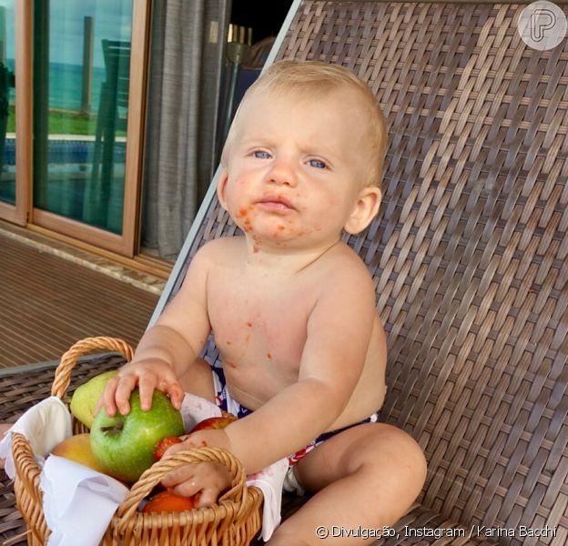Karina Bacchi posta foto do filho, Enrico, experimentando frutas e derrete internautas, em 7 de abril de 2018