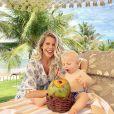 Karina Bacchi mostra Enrico com coco durante viagem ao Ceará