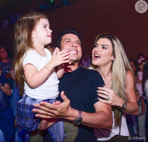 Mirella Santos e o marido, Ceará, levaram a filha para assistir ao musical 'A Pequena Sereia' neste sábado, 7 de abril de 2018