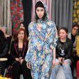 Um look inverno com estampa de verão: a produção que mistura floral com capuz e galocha foi uma das apostas da estilista Asli Filinta para seu desfile na Mercedes Benz Fashion Week Istanbul, em 29 de março de 2018