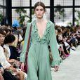 No desfile da coleção outono/inverno 2018-2019 da Valentino, uma bota verde-escuro ainda foi combinada com vestido verde-claro delicado