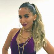 Anitta escolhe biquíni de straps neon e chinelo Givenchy ao ir à praia em Miami