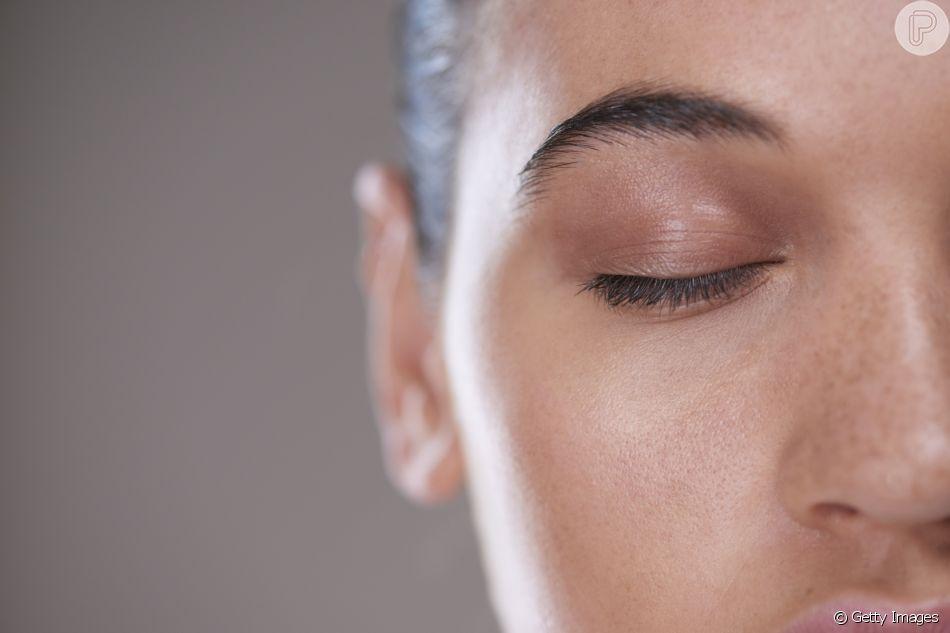 Apesar de deixar a impresão de pele engordurada, a oleosidade é importante e pode ser controlada quando excessiva. A dermatologista Lilia Guadanhim ensina truques para controlar o óleo