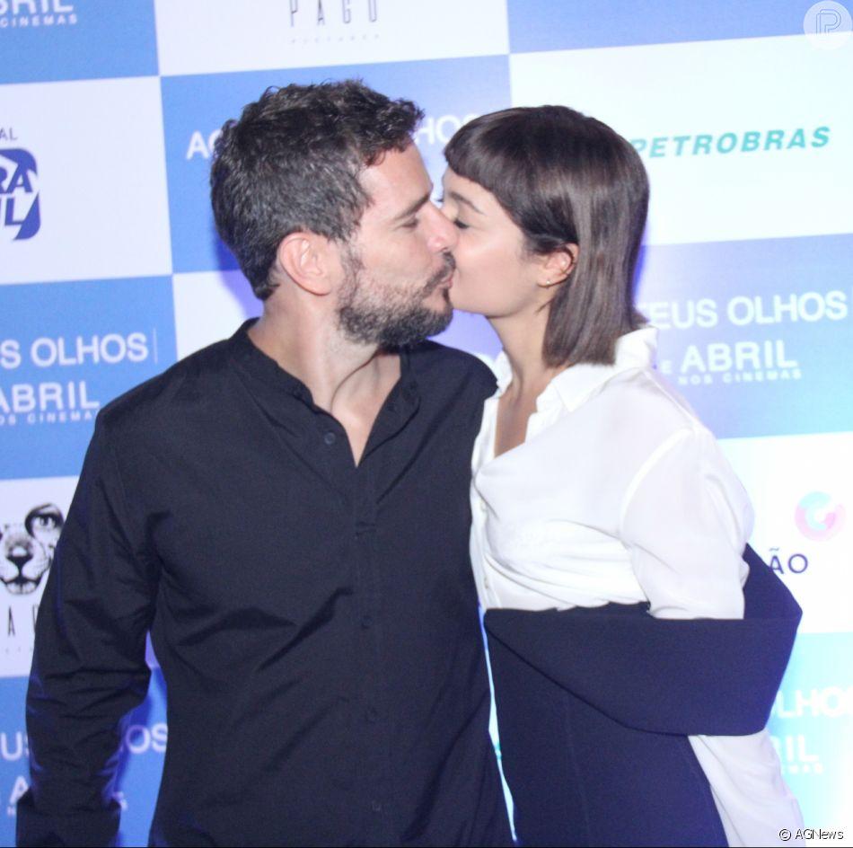 Daniela de Oliveira ganha beijo Sophie Charlotte na pré-estreia do filme 'Aos Teus Olhos'