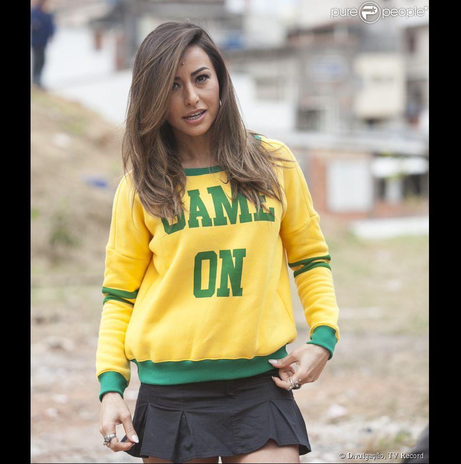 Sabrina Sato grava quadro do seu programa com blusa do Brasil, em clima de  Copa ebbac1b7ba
