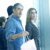 William Bonner passeia em shopping com a namorada, Natasha Dantas, e trigêmeos