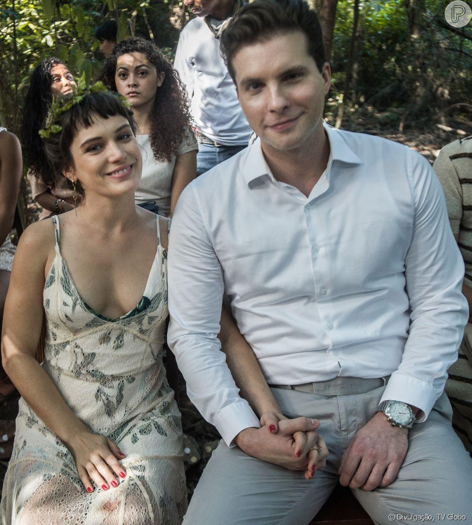 Clara (Bianca Bin) aceita pedido de casamento feito por Patrick (Thiago Fragoso), na novela 'O Outro Lado do Paraíso'
