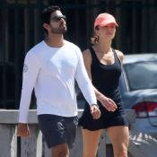 Com look fitness e boné, Grazi Massafera caminha com namorado, Patrick Bulus